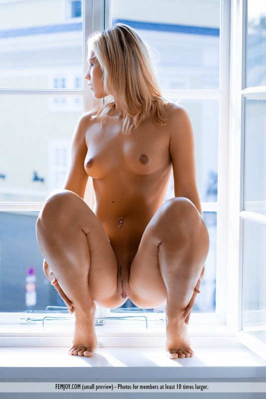 Фото дама сидит голая 86613 фотография